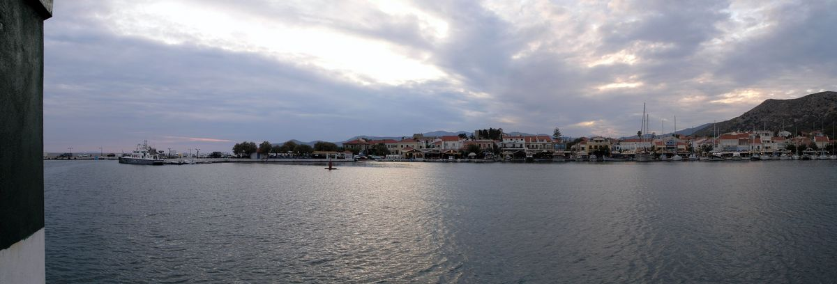 Dieses Panorama- Foto zeigt den Hafen von Pythagorion kurz vor Sonnenuntergang aus östlicher Richtung.